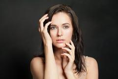 Mulher sensual no fundo preto fotografia de stock