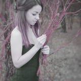 Mulher sensual nova na harmonia de madeira com natureza Imagens de Stock Royalty Free