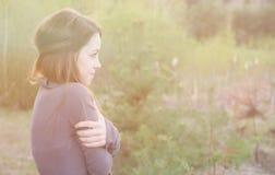 Mulher sensual nova na harmonia de madeira com natureza Fotos de Stock