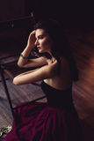 Mulher sensual que encontra-se na cadeira Fotografia de Stock