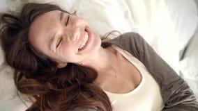 Mulher sensual que flerta com a câmera na cama POV da menina que flerta na chamada video video estoque
