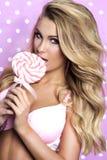 Mulher sensual que levanta no estúdio Fotos de Stock Royalty Free