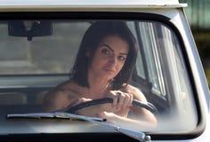 Mulher sensual que senta o carro retro fotografia de stock royalty free