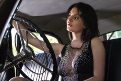 Mulher sensual que senta o carro retro fotos de stock royalty free