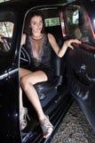 Mulher sensual que senta o carro retro fotografia de stock
