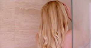 Mulher sensual que toma um chuveiro video estoque