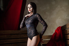 Mulher sensual que veste a roupa interior preta 'sexy' Fotos de Stock