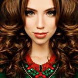 Mulher sensual Retrato da forma do modelo de forma da menina do cabelo encaracolado foto de stock