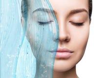 Mulher sensual sob o respingo da água com pele fresca fotografia de stock royalty free