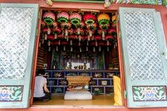 A mulher senta e faz a meditação no condado antigo do estilo chinês fotos de stock
