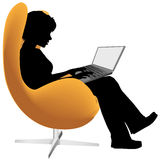A mulher senta o trabalho da cadeira no computador portátil Imagem de Stock