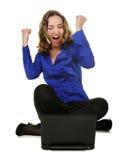 A mulher senta-se antes do portátil Fotos de Stock Royalty Free