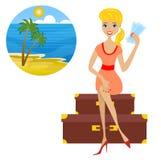 A mulher senta-se em malas de viagem com os bilhetes nas mãos mostrou para o va Foto de Stock