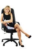 A mulher senta-se na poltrona do escritório Fotos de Stock