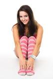 A mulher senta-se no olhar de sorriso das peúgas listradas cor-de-rosa no Ca fotografia de stock royalty free