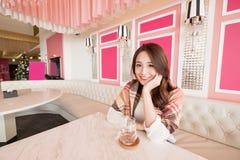 A mulher senta-se no restaurante fotografia de stock royalty free