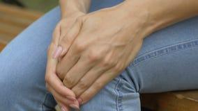 A mulher sente a dor do joelho, dano do ligamento após o ar livre longo da caminhada, feriu comum vídeos de arquivo