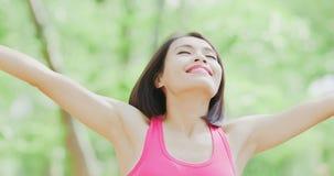 A mulher sente livre na floresta Foto de Stock Royalty Free