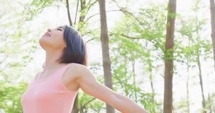 A mulher sente livre na floresta Imagem de Stock Royalty Free