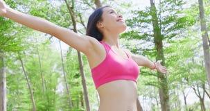 A mulher sente livre na floresta Fotos de Stock Royalty Free