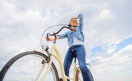 A mulher sente livre quando aprecie dar um ciclo A maioria de formulário satisfying do transporte do auto O ciclismo dá-lhe o sen fotografia de stock royalty free