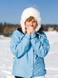 A mulher sente o frio Fotografia de Stock Royalty Free