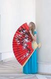 A mulher sepressiona- o ventilador grande Fotografia de Stock