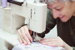 Mulher Sewing Fotografia de Stock Royalty Free