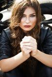 Mulher sexual do motociclista que veste o casaco de cabedal preto com seu esporte m foto de stock