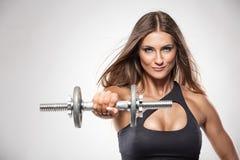 Mulher 'sexy' agradável que faz o exercício com pesos imagens de stock royalty free