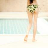 Mulher 'sexy' asiática nova na roupa interior que relaxa ao lado da piscina Imagens de Stock