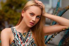 Mulher 'sexy' bonita com o levantamento do cabelo louro exterior Retrato da menina da forma Imagens de Stock Royalty Free