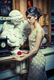 Mulher 'sexy' bonita com o vestido branco do laço no cenário do vintage imagens de stock royalty free