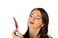 Mulher 'sexy' bonita com pimenta de pimentões encarnado imagem de stock