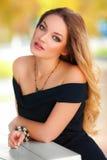 Mulher 'sexy' bonita com vestido preto e o cabelo louro exteriores Menina da forma Fotos de Stock Royalty Free