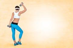 Mulher 'sexy' bonita da aptidão do esporte que faz o exercício do exercício com d fotografia de stock