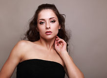 Mulher 'sexy' bonita da composição que toca em sua cara Fotos de Stock