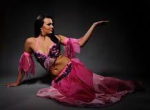 Mulher 'sexy' bonita do dançarino no traje do bellydance fotografia de stock royalty free