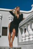 Mulher 'sexy' bonita do modelo de forma que levanta no vestido preto exterior imagem de stock royalty free
