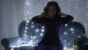 Mulher 'sexy' bonita do ruivo encoberta em uma festão luminosa vídeos de arquivo