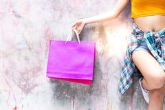 A mulher 'sexy' bonita encantador é guardando e mostrando vagabundos da compra fotos de stock royalty free