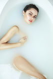 Mulher 'sexy' bonita no banho com corpo do cosmético dos termas do leite fotos de stock