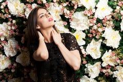 Mulher 'sexy' bonita no fundo do papel de parede da flor no pH do estúdio Fotos de Stock Royalty Free