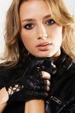 Mulher 'sexy' bonita no revestimento de couro preto imagens de stock