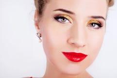 Mulher 'sexy' bonita no vestido vermelho do cetim e nos bordos vermelhos Imagens de Stock Royalty Free