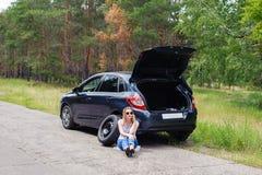 Mulher 'sexy' bonita nova em carro quebrado com o telefone celular, stan Fotos de Stock Royalty Free