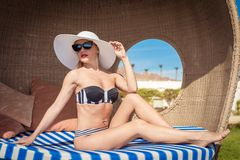 Mulher 'sexy' bonita perto da associação Imagem de Stock Royalty Free