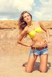 Mulher 'sexy' bonita que levanta na praia Foto de Stock Royalty Free