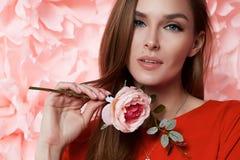 A mulher 'sexy' bonita veste dentro a mola do verão da composição de muitas flores imagem de stock