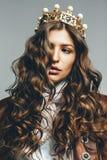 Mulher 'sexy' bonito na coroa dourada com pérolas Imagens de Stock Royalty Free